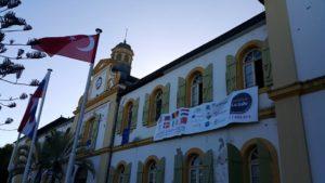 Banderolle et drapeaux mairie